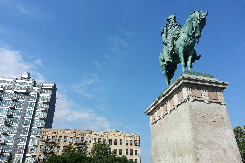 Photo de la statue de Georges Washington sur la Continental Army Plaza