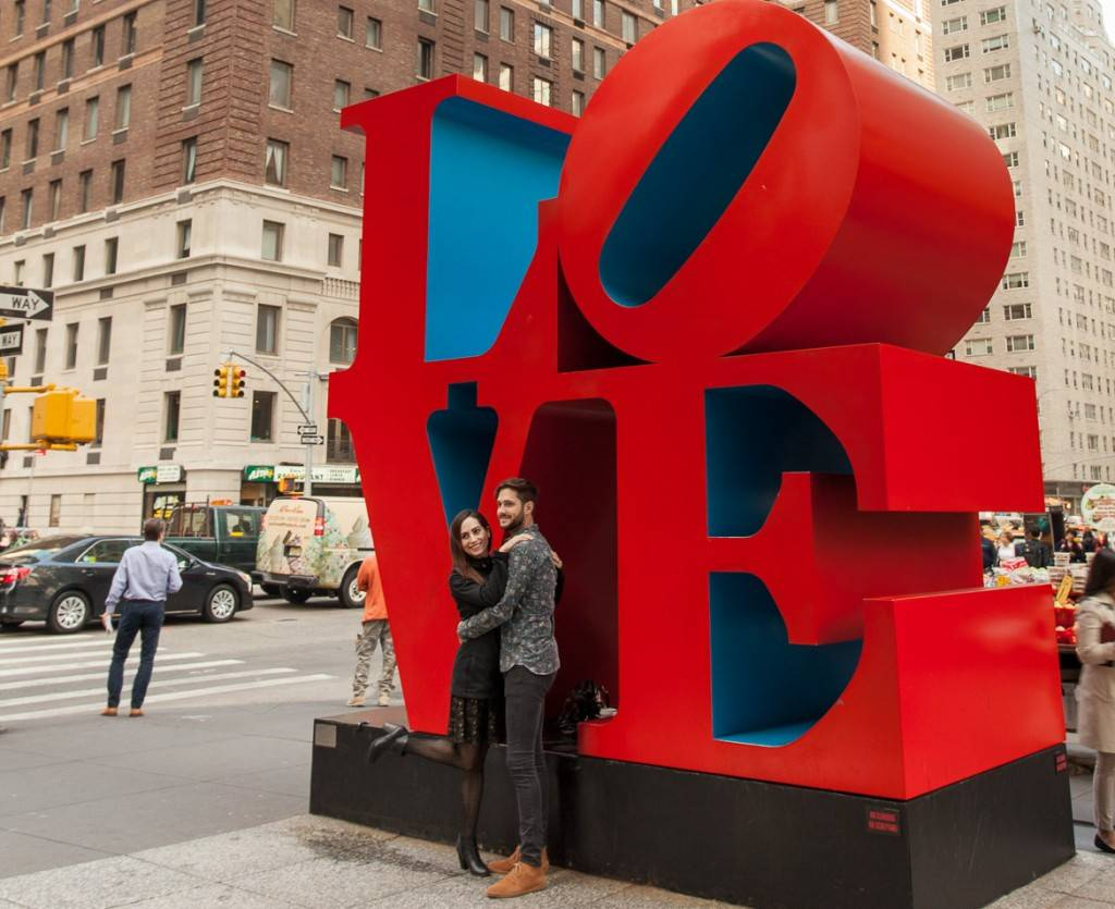 Photo d'une sculpture « LOVE » à Midtown