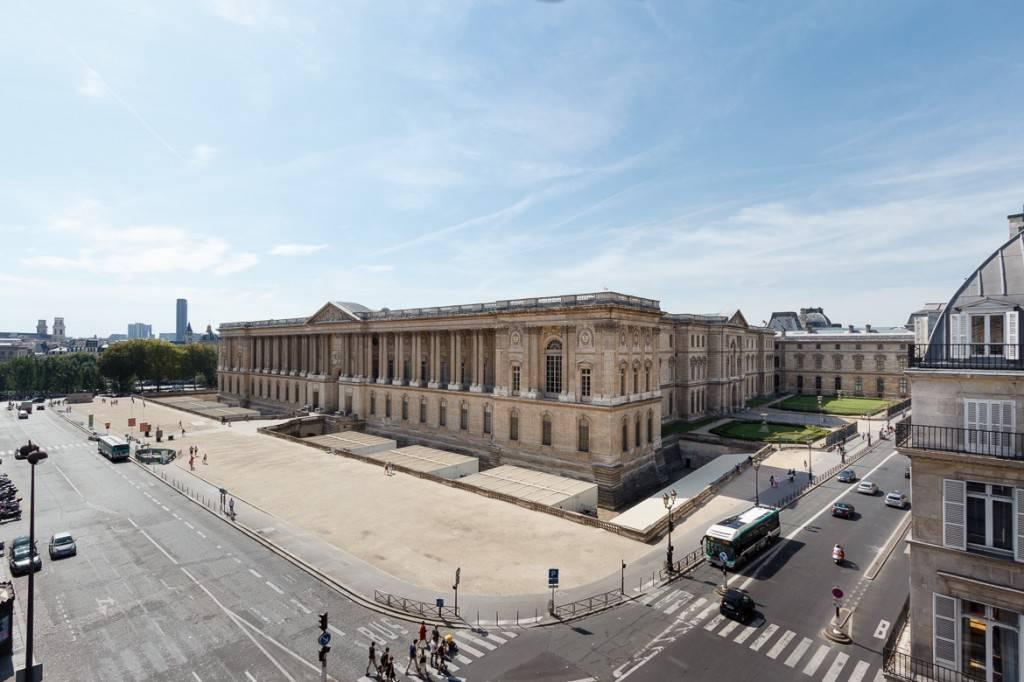 Photo de la vue depuis un appartement situé juste en face du Louvre, dans la rue de Rivoli