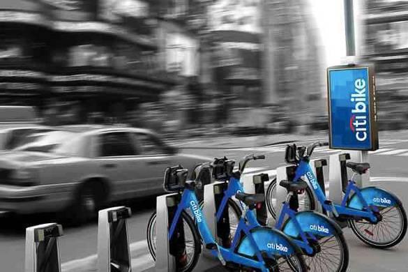 Photo d'une station Citi Bike à Manhattan avec, en arrière-plan, des taxis dans les rues de New York