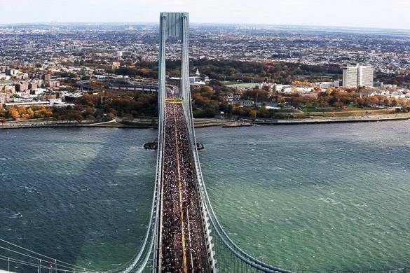 Photo des coureurs sur le pont Verrazano Narrows.