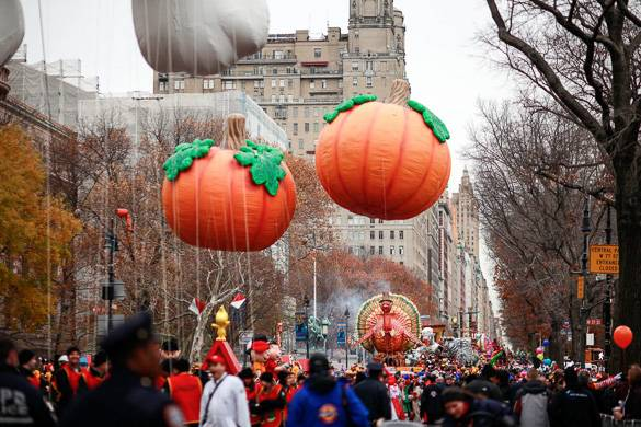 Photo de ballons représentant des citrouilles le long de Central Park West lors de la parade de Thanksgiving à New York