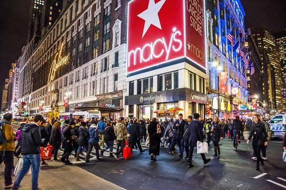 Photo de nuit de l'extérieur du magasin Macy's à Herald Square