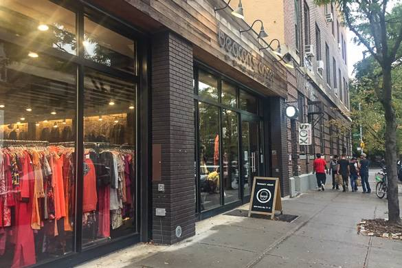 Photo de la vitrine du magasin d'occasions Beacon's Closet dans le quartier de Williamsburg à Brooklyn