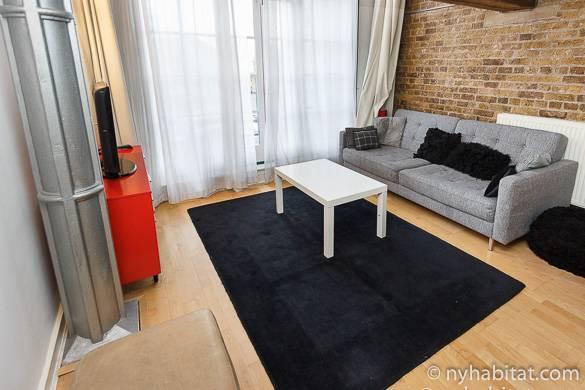 Photo du salon de l'appartement LN-824 et de l'espace extérieur avec un barbecue.