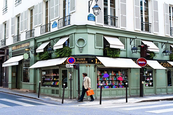 Photo de la devanture du magasin de macarons Ladurée à Paris