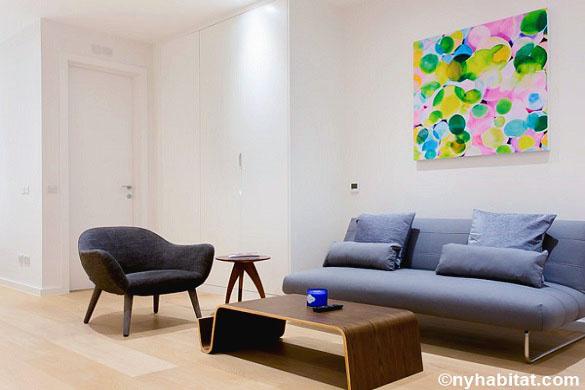 Photo du canapé et du tableau installés dans le coin salon du studio T1 LN-1756 situé à Fitzrovia