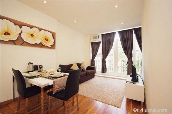 Photo du salon et de la table à manger de l'appartement NY-15903 situé à Murray Hill dans Midtown, et de la vue sur les arbres