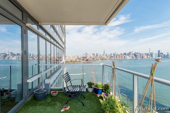 Photo du balcon de l'appartement NY-16960 situé à Williamsburg, dans l'arrondissement de Brooklyn, avec vue sur l'East River et la skyline