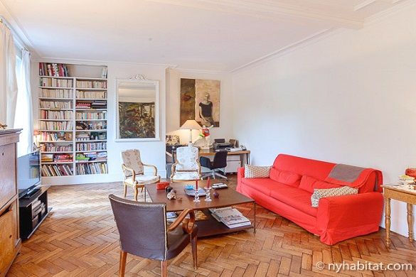 Photo du séjour de l'appartement PA-3306 avec des étagères et un tableau