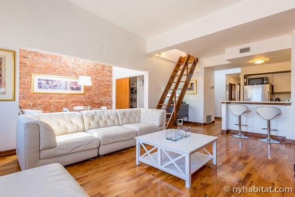 Photo du salon monochrome blanc de l'appartement NY-16812 à Clinton Hill, dans Brooklyn.