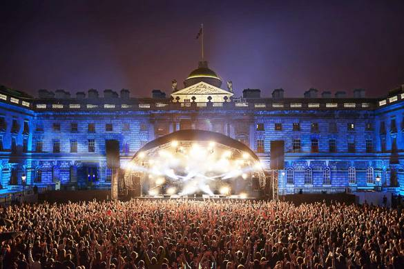Photo d'une foule impressionnante au concert en plein air des summer series de Somerset House