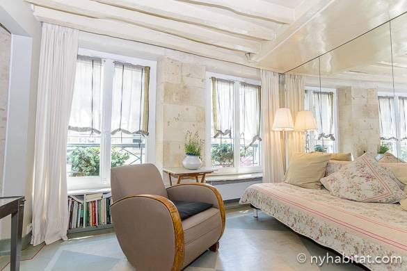 Photo du salon blanchi à la chaux de lappartement pa 3974 avec portes