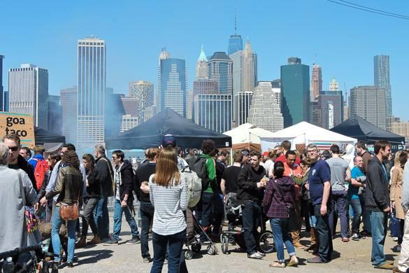 Photo de marchands à Smorgasburg sur les quais de Brooklyn