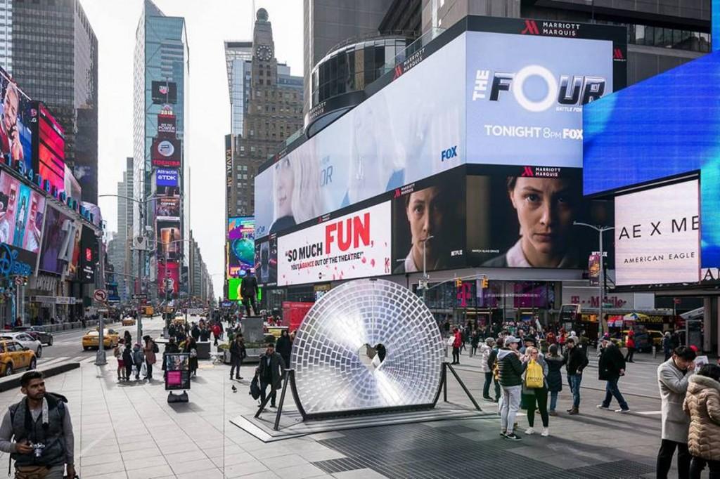 Photo d'une sculpture représentant un cœur au centre de Times Square