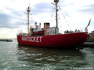 una barca nel porto di New York