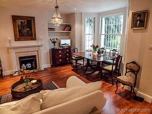 In questa casa vacanza a Kensington (Londra), dotata di due camere da letto, il salotto è caratterizzato da un elegante parquet e da un caminetto ornamentale