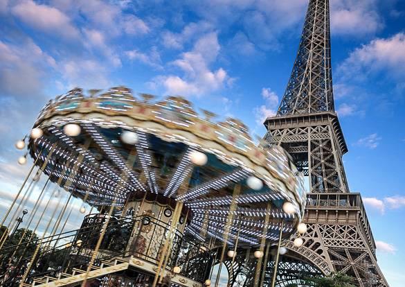Foto di una giostra e la Torre Eiffel a Parigi