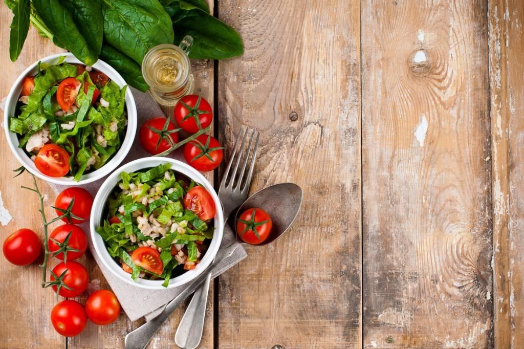 Immagine di pomodori ed erbe.