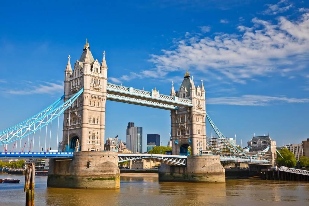 Il Tower Bridge di Londra, sul fiume Tamigi