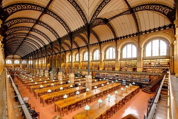 Foto di una sala lettura a volta alta nella Bibliothèque Saint-Geneviève
