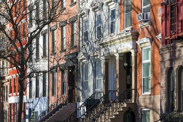 Immagine delle scalinate d'ingresso di palazzi a schiera a New York.
