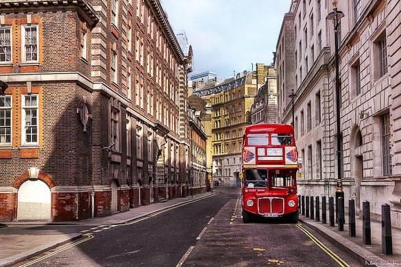 Foto di un bus a due piani nelle strade di Londra