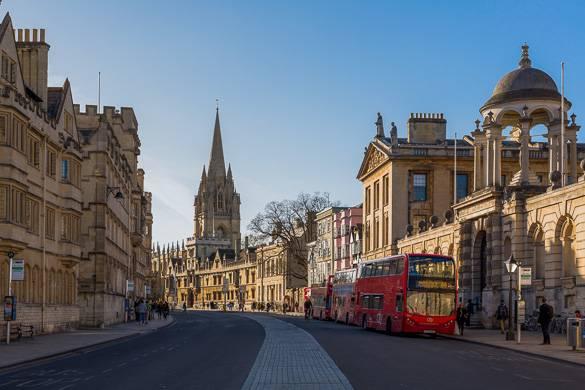 Immagine di una strada ad Oxford, Inghilterra con un autobus a due piani rosso