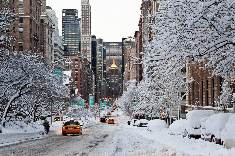 Immagine di una strada di New York coperta dalla neve