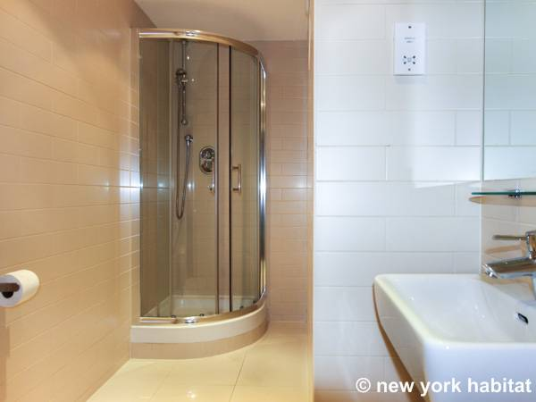 London Studio accommodation - bathroom (LN-472) photo 1 of 3