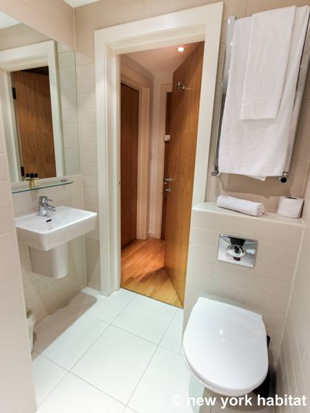 London Studio accommodation - bathroom (LN-472) photo 2 of 3