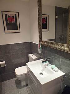 London 2 Bedroom apartment - bathroom (LN-1075) photo 1 of 3