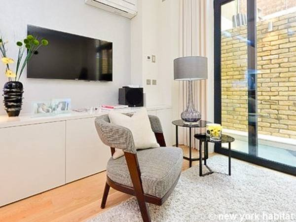 London 2 Bedroom accommodation - living room (LN-1538) photo 2 of 4