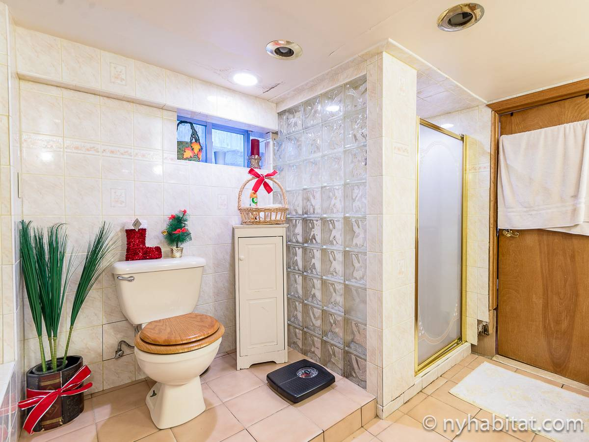 New York 2 Bedroom roommate share apartment - bathroom 1 (NY-17081) photo 2 of 6