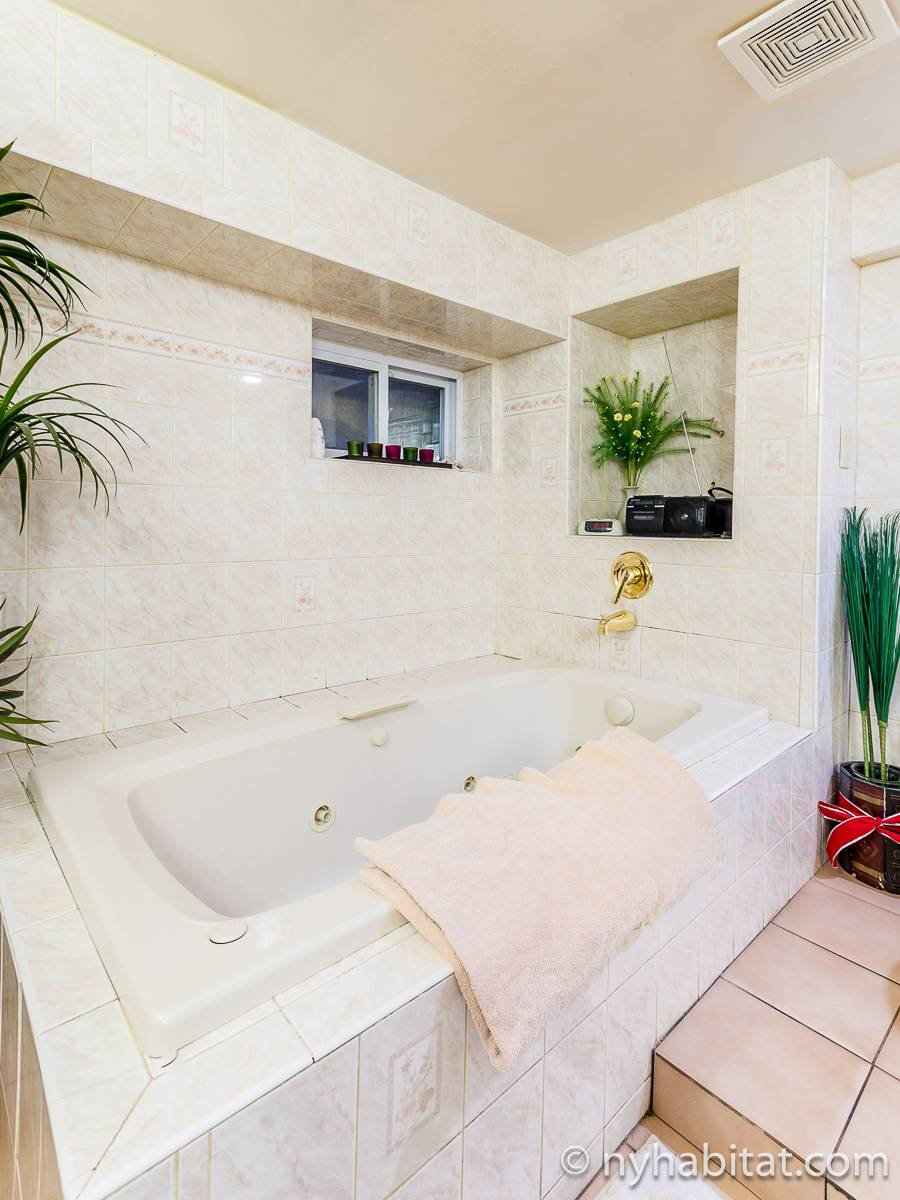 New York 2 Bedroom roommate share apartment - bathroom 1 (NY-17081) photo 5 of 6