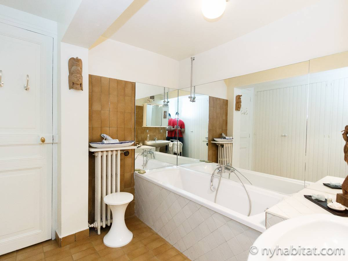 Paris 2 Bedroom accommodation - bathroom 1 (PA-2961) photo 2 of 2