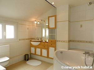 Paris T2 - Duplex - Penthouse appartement location vacances - salle de bain (PA-4274) photo 1 sur 2