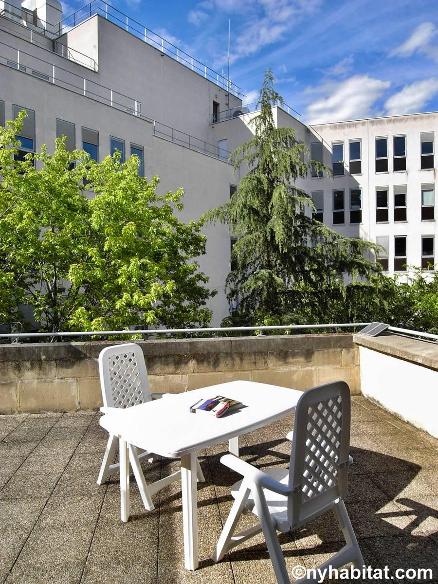 paris apartment studio apartment rental in champs lys es pa 4602. Black Bedroom Furniture Sets. Home Design Ideas