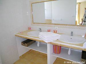Sud de la France - Provence - T5 - Villa appartement location vacances - salle de bain 2 (PR-557) photo 1 sur 2