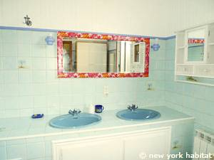 South of France - French Riviera - 2 Bedroom - Townhouse accommodation - bathroom (PR-1069) photo 2 of 4