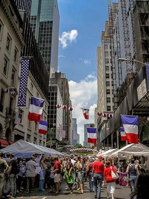 Foto de las banderas y puestos del Día de la Bastilla en Nueva York