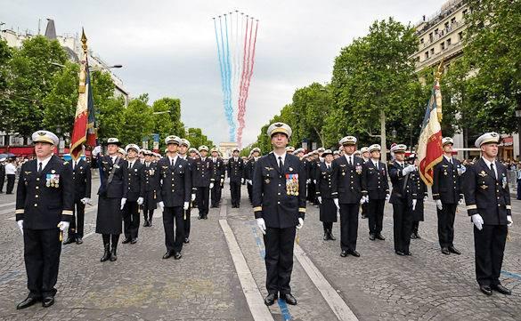 Imagen del desfile militar en los Campos Elíseos de París por el Día de la Bastilla