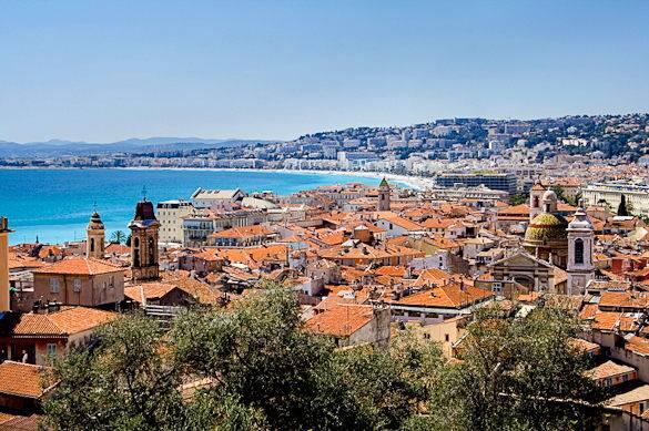 Vista panorámica de los tejados de Niza con el mar Mediterráneo al fondo