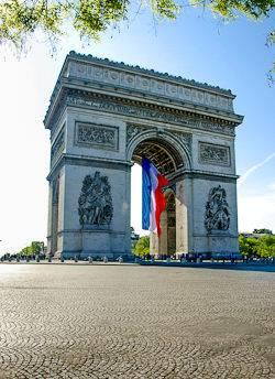 Una foto del Arco del Triunfo y la bandera tricolor en París