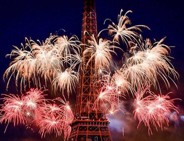 Foto de los fuegos articiales y la Torre Eiffel el Día de la Bastilla en París