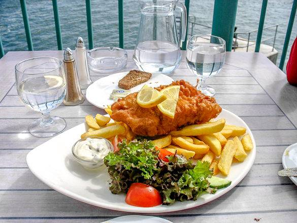 Imágen de un plato de fish & chips servido con ensalada en Londres