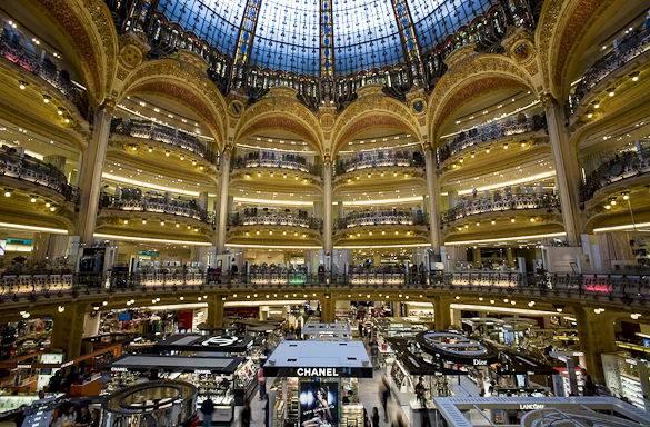 Fotografía de la cúpula de cristal de las Galeries Lafayette en París