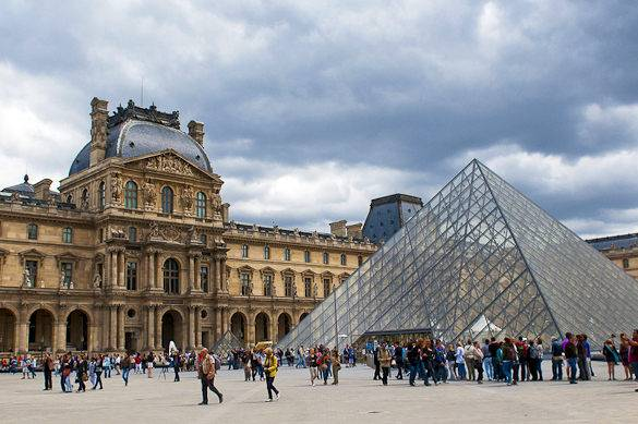 Fotografía del Louvre de París en un día de lluvia