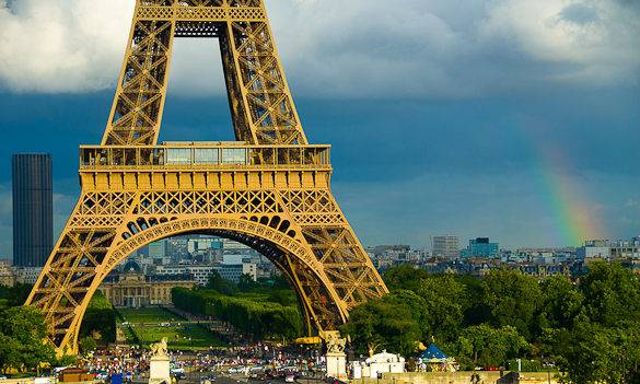 Fotografía de las nubes de lluvia y de un arcoíris detrás de la torre Eiffel