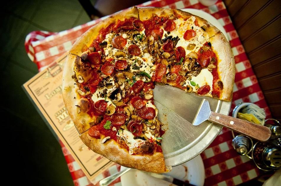 Fotografía de una pizza fresca de Lombardi's.
